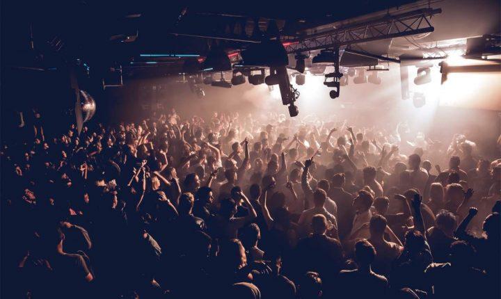 Reino Unido: Boris discute reabertura de discotecas